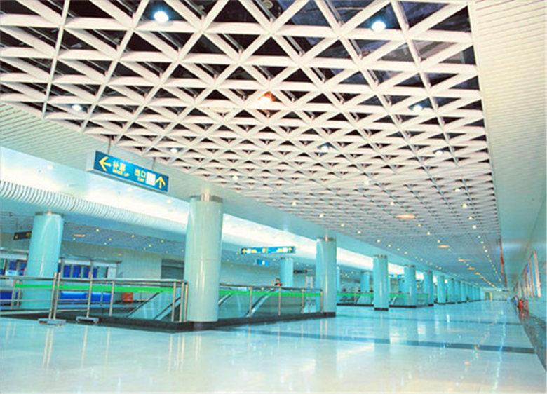 三角铝格栅吊顶适用范围: 三角铝格栅吊顶广泛适用于商场,饭店,门厅